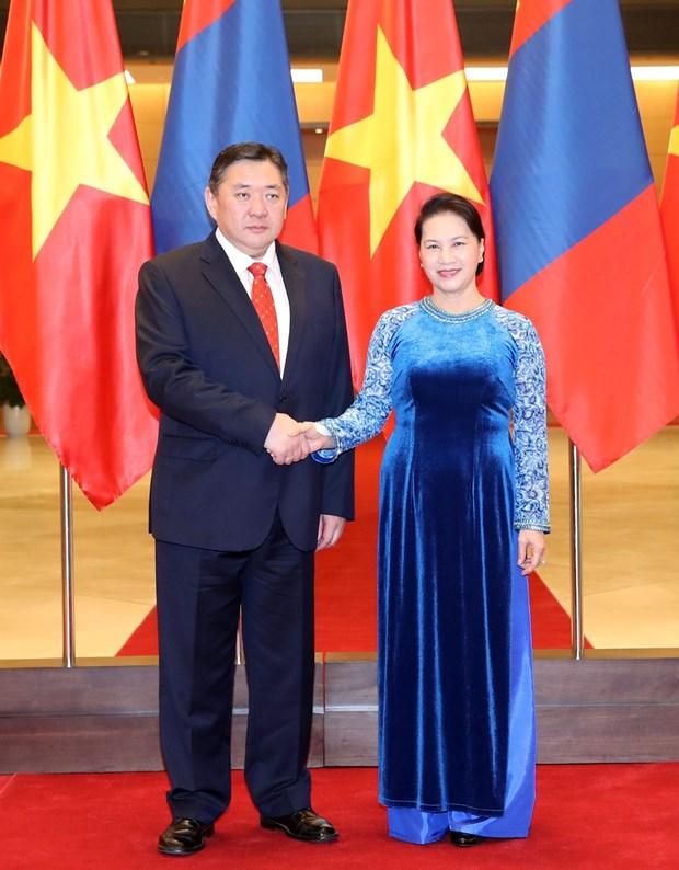 越南国会主席阮氏金银与蒙古国家大呼拉尔主席恩赫包勒德举行会谈 hinh anh 1
