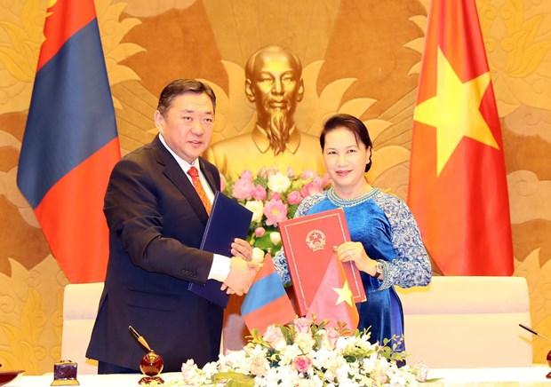 越南国会主席阮氏金银与蒙古国家大呼拉尔主席恩赫包勒德举行会谈 hinh anh 3