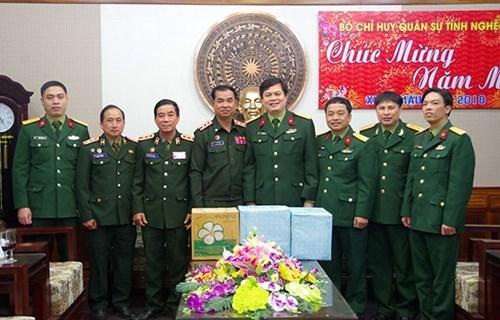 老挝华潘省军事指挥部探访乂安省军事指挥部 送上新春祝福 hinh anh 1