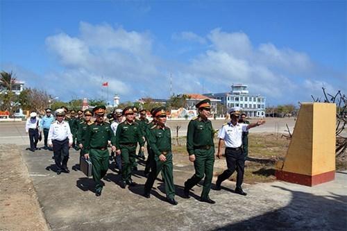 越共中央军委和国防部工作代表团看望慰问长沙岛和DK1海上高脚屋军民 hinh anh 1
