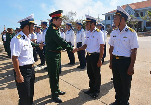 越共中央军委和国防部工作代表团看望慰问长沙岛和DK1海上高脚屋军民 hinh anh 2