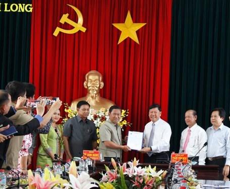 越南永隆省与柬埔寨磅士卑省加强团结友谊 hinh anh 1