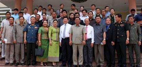越南永隆省与柬埔寨磅士卑省加强团结友谊 hinh anh 2