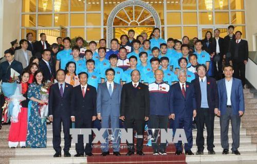 政府总理阮春福会见越南U23球队 授予球队一等劳动勋章 hinh anh 1