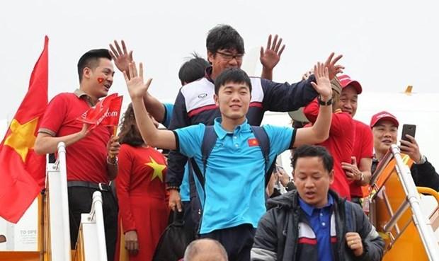 越南球迷心目中的冠军U23足球队回国 数万名球迷涌上街头欢迎 hinh anh 2
