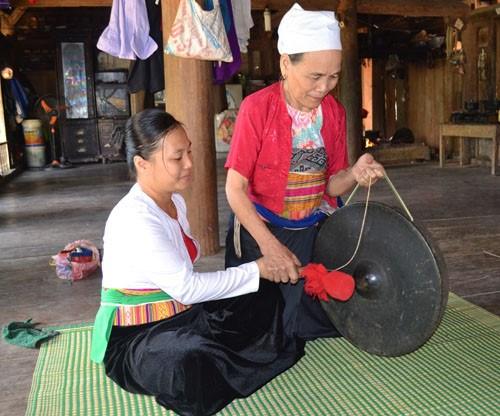 和平省高峰县保护汤芒族地区文化 hinh anh 2