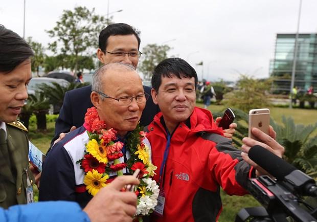 越南球迷心目中的冠军U23足球队回国 数万名球迷涌上街头欢迎 hinh anh 3
