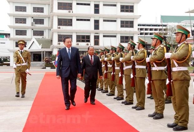 老挝领导高度评价越南公安部与老挝公安部之间的合作成果 hinh anh 3