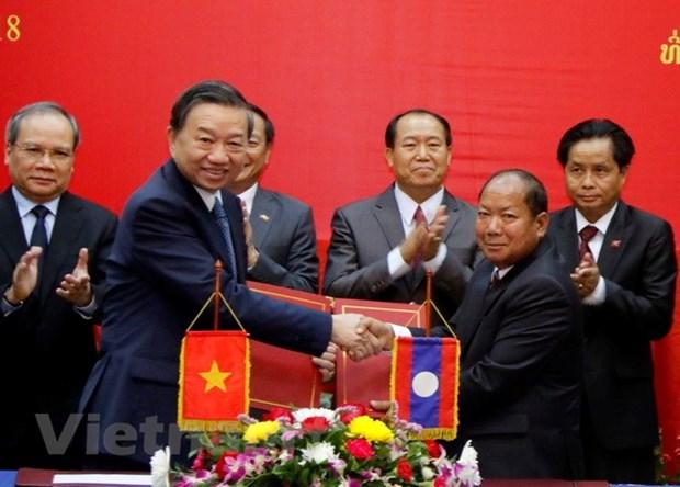 老挝领导高度评价越南公安部与老挝公安部之间的合作成果 hinh anh 2