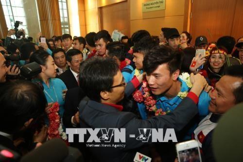 越南球迷心目中的冠军U23足球队回国 数万名球迷涌上街头欢迎 hinh anh 1