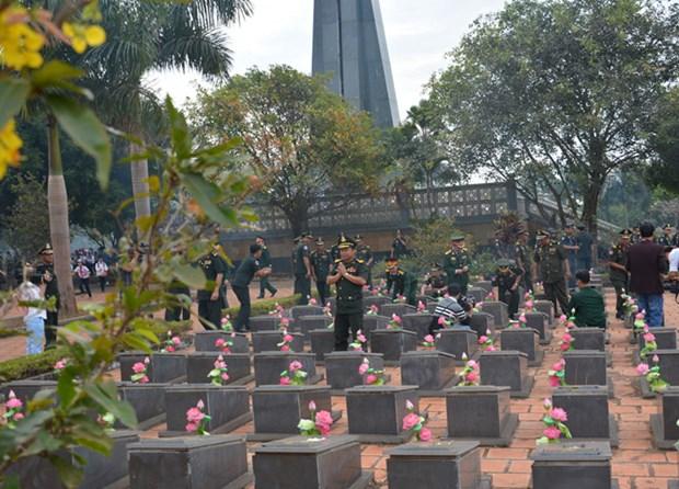 柬埔寨王家军高级军事代表团在越南加莱省德机县烈士陵园敬香 hinh anh 1