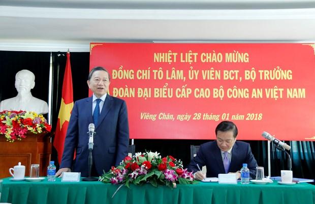 越南公安部部长苏林走访越南驻老大使馆 hinh anh 1