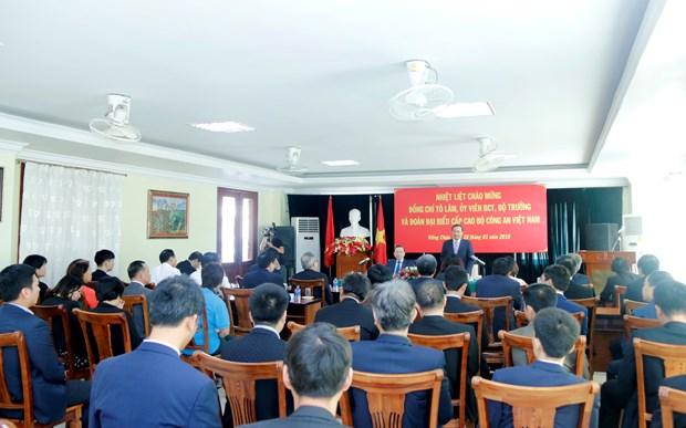 越南公安部部长苏林走访越南驻老大使馆 hinh anh 2