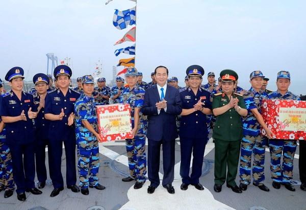 国家主席陈大光看望慰问越南海警司令部第三海区干部和战士 hinh anh 2