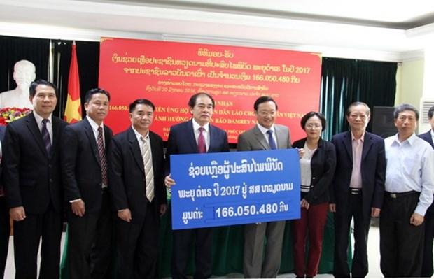 老挝人民捐款援助越南受灾群众 hinh anh 1