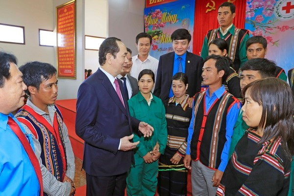 国家主席陈大光向越南橡胶工业集团劳动者拜年 hinh anh 1