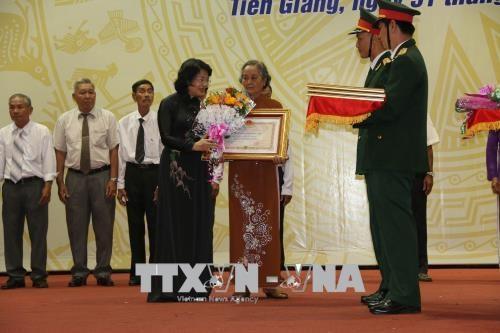 越南国家副主席邓氏玉盛出席前江省烈士家属独立勋章授勋仪式 hinh anh 1