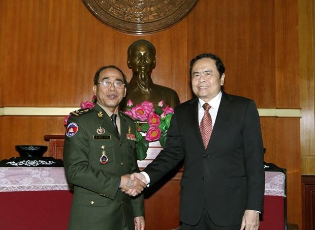 越南祖国阵线中央委员会主席陈青敏会见柬埔寨皇家武装部队三军副参谋长嗲沙润 hinh anh 1