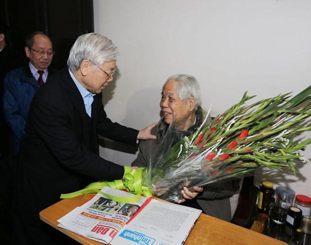 阮富仲和陈大光登门拜访前越共中央总书记杜梅并向其祝寿 hinh anh 1