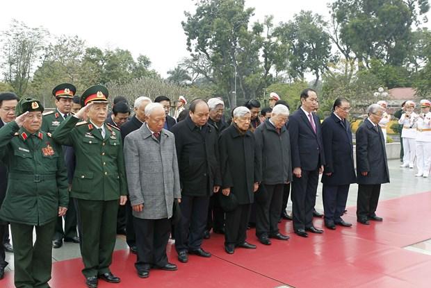 越南共产党建党88周年:越南党和国家领导人拜谒胡志明主席陵墓 hinh anh 2
