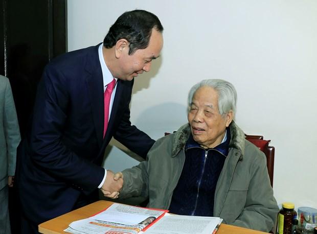 阮富仲和陈大光登门拜访前越共中央总书记杜梅并向其祝寿 hinh anh 2