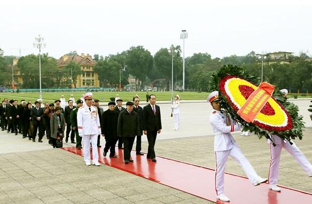 越南共产党建党88周年:越南党和国家领导人拜谒胡志明主席陵墓 hinh anh 1