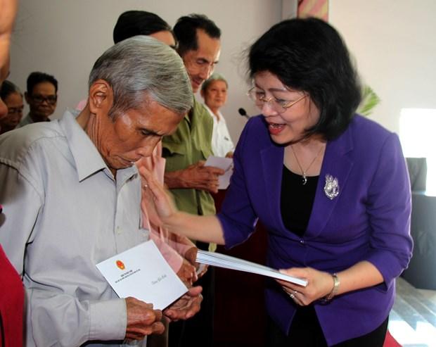 越南国家领导人赴各地拜年 hinh anh 1