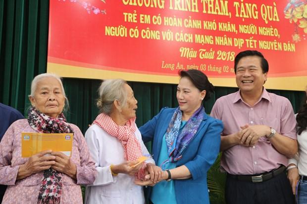 国会主席阮氏金银向隆安省优抚家庭和贫困群众拜年 hinh anh 1