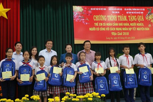 国会主席阮氏金银向隆安省优抚家庭和贫困群众拜年 hinh anh 2