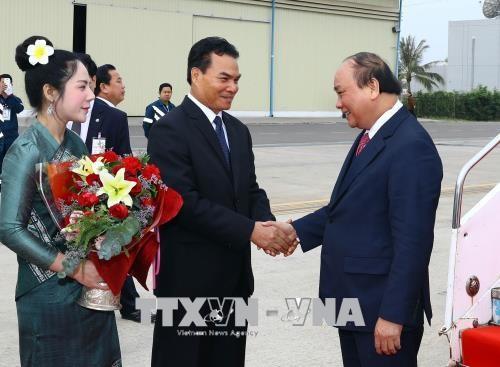 政府总理阮春福抵达老挝 开始出席越老政府间联合委员会第40次会议之行 hinh anh 3