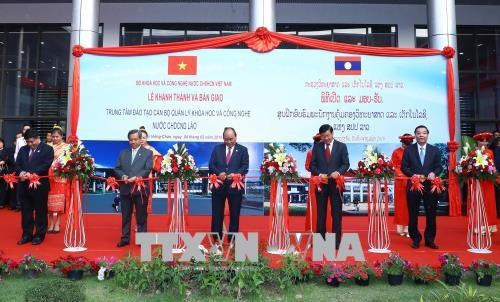 越南政府总理阮春福出席老挝科学技术管理干部培训中心落成仪式 hinh anh 1