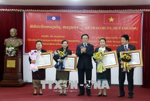 越南向老挝人民革命党中央对外部工作人员授予勋章和徽章 hinh anh 1