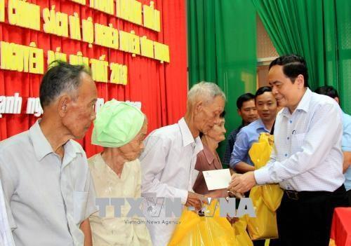 越南祖国阵线中央委员会主席陈青敏走访慰问芹苴市优抚对象和贫困群众 hinh anh 2