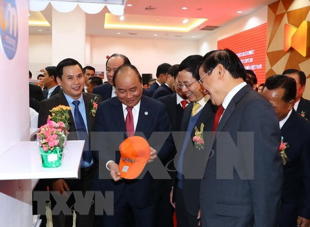政府总理阮春福和老挝政府总理通伦到老挝星光电信公司参观访问 hinh anh 3