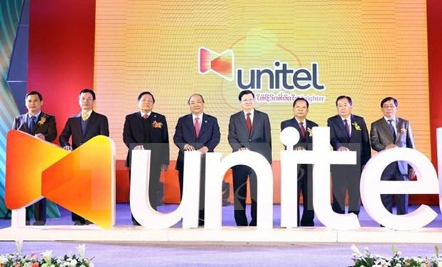 政府总理阮春福和老挝政府总理通伦到老挝星光电信公司参观访问 hinh anh 2