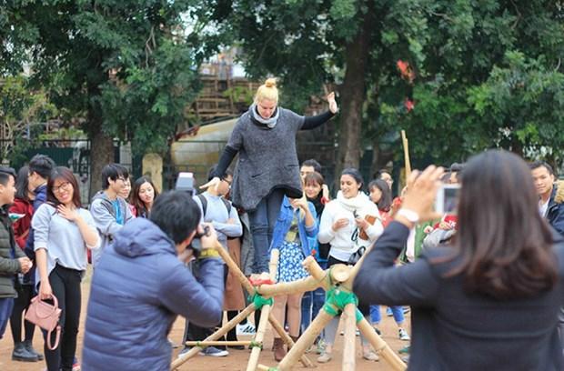 在越南的外国留学生欢乐体验越南传统春节活动 hinh anh 2