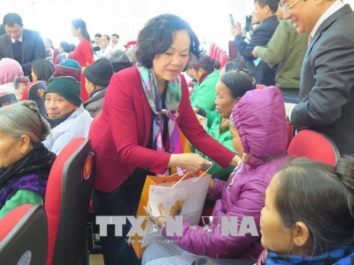 中央民运部部长张氏梅看望北宁省综合医院住院病人 hinh anh 1