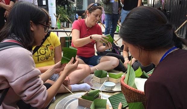 在越南的外国留学生欢乐体验越南传统春节活动 hinh anh 1