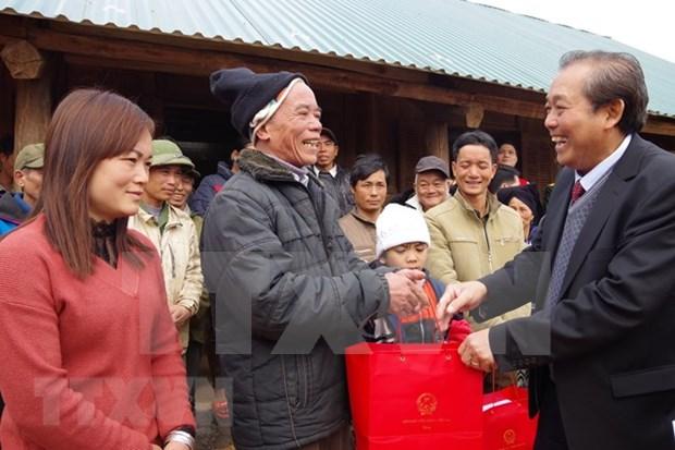 政府副总理张和平向和平省受灾群众赠送慰问品 hinh anh 1