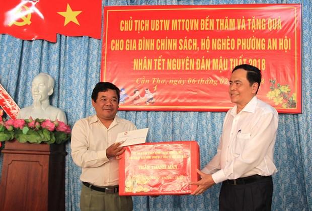 越南祖国阵线中央委员会主席莅临芹苴市开展优抚工作 hinh anh 2