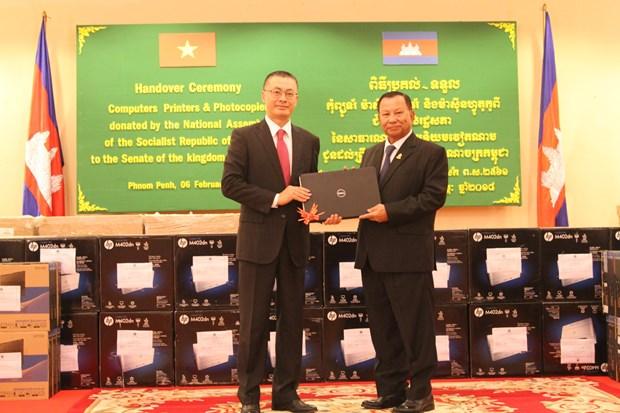 越南国会向柬埔寨参议院赠送工作设备 hinh anh 1