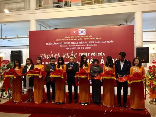 越南韩国现代美术展在河内开幕 hinh anh 1