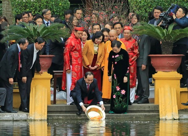 越南国家主席陈大光偕夫人向胡志明主席敬香 hinh anh 2