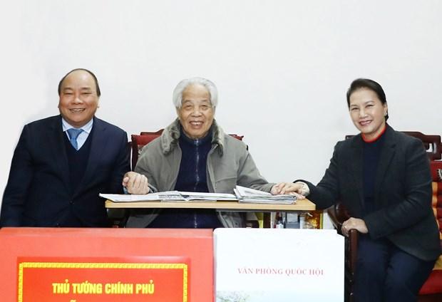 政府总理阮春福和国会主席阮氏金银春节前走访慰问原总书记杜梅 hinh anh 1