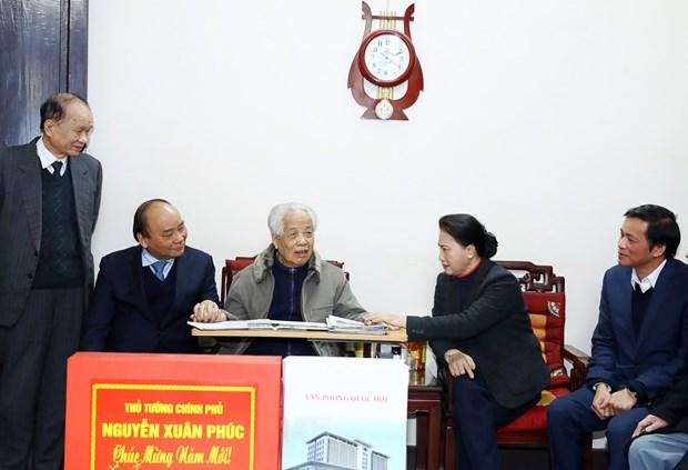 政府总理阮春福和国会主席阮氏金银春节前走访慰问原总书记杜梅 hinh anh 2