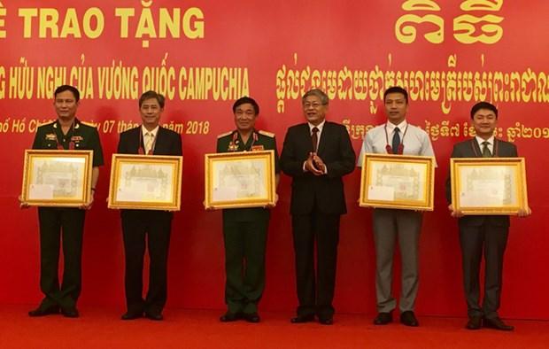 越南集体和个人荣获柬埔寨王国授予的友好合作勋章 hinh anh 1