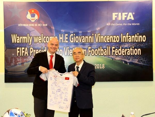 国际足联主席詹尼·因凡蒂诺承诺向越南足球发展事业提供协助 hinh anh 1