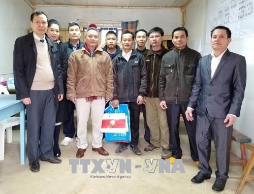 越南驻阿尔及利亚大使范国柱看望慰问在阿工作的越南劳工 hinh anh 1