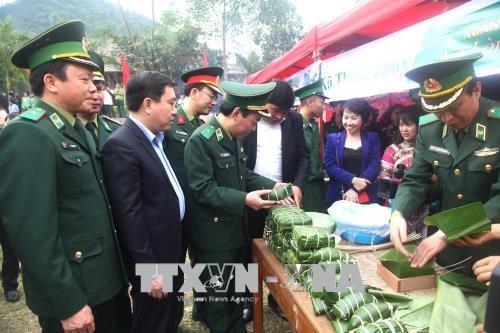 边境军民迎新春:增添新春喜气 浓浓军民情谊 hinh anh 1