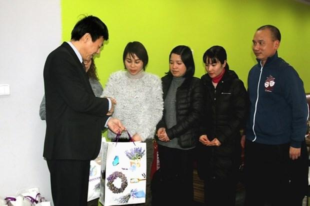 越南驻捷克和以色列大使馆开展迎新春和走访慰问活动 hinh anh 1